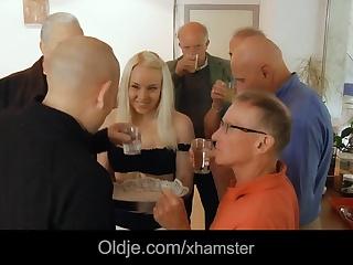 Старики долбят молодушку секс видео