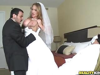 Невесту трахают пока жених не видит — 13