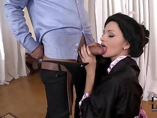 striptiz-porno-foto-ogromnogo-otkritogo-anala-sognulas-stole