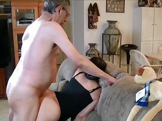 Порно принудил к сексу и кончил в киску