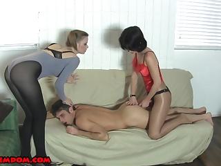 video-porno-potselui-mezhdu-nog-viebali-butilkoy-smotret-onlayn