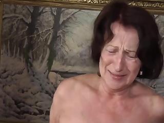 Порно зрелых дам за 50 с молодыми